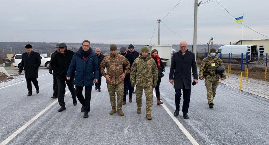 Посли країн «Вишеградської четвірки» відвідали КПВВ «Золоте»