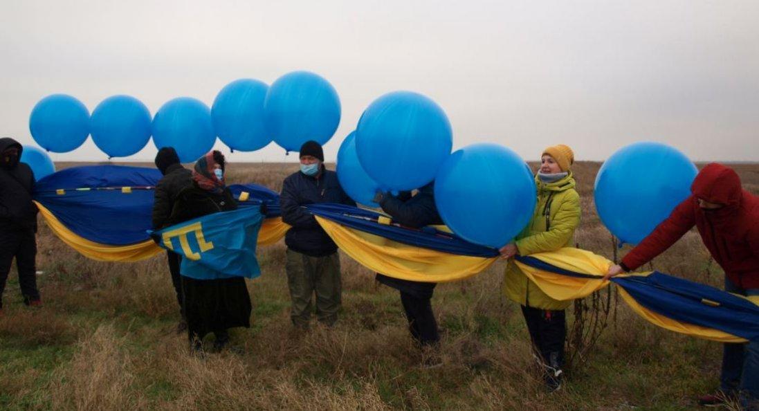 У небо над Кримом запустили 20-метровий прапор України