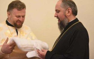 Волинянка зв'язала шарф та рукавички для Митрополита України