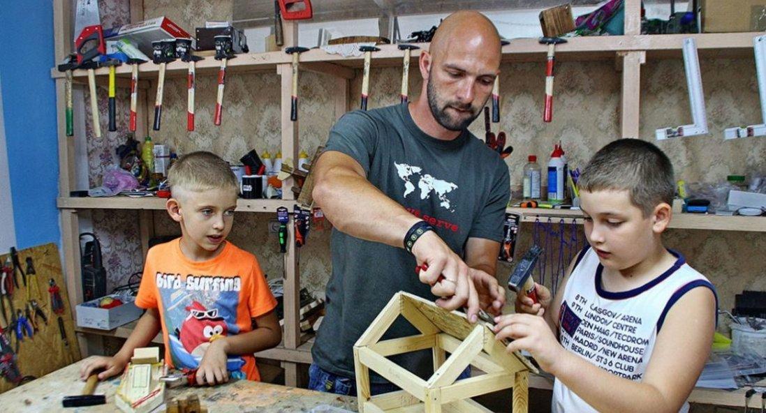 Переселенець з Луганська навчає теслярству хлопців віком від 6 до 15 років