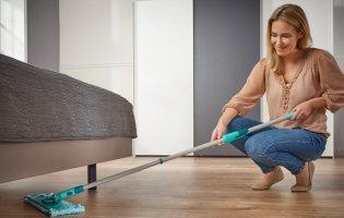 Чому не можна мити підлогу старими рушниками та одягом