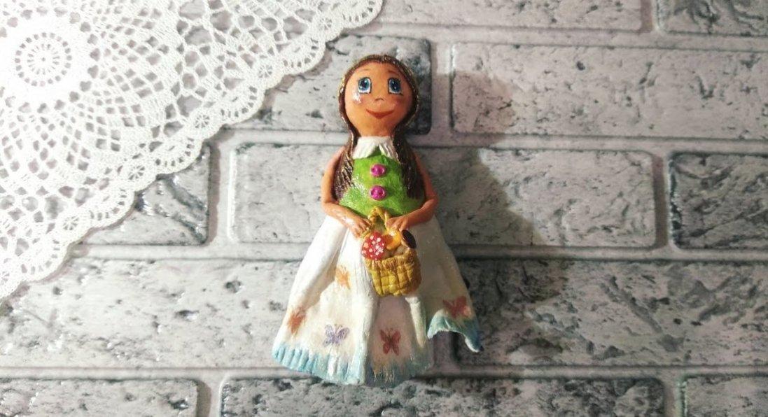 Випікає ляльки з тіста і шиє для них національні костюми