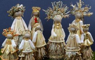 Майстриня обдаровує солом'яними ляльками добрих людей