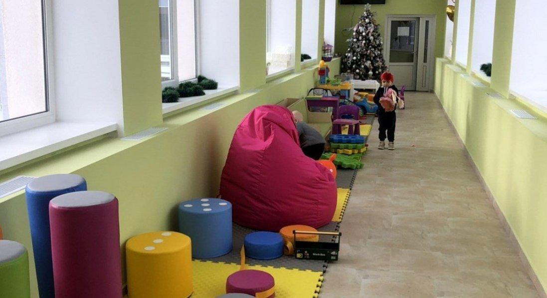 Команда Володимир-Волинської птахофабрики замість корпоративу закупила меблі в ігрову кімнату лікарні