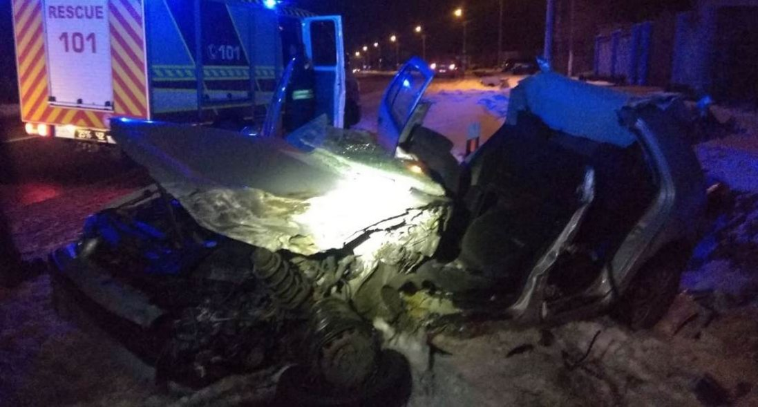 Біля Луцька лоб в лоб зіткнулися легковик і автобус, рятувальники вирізали водія