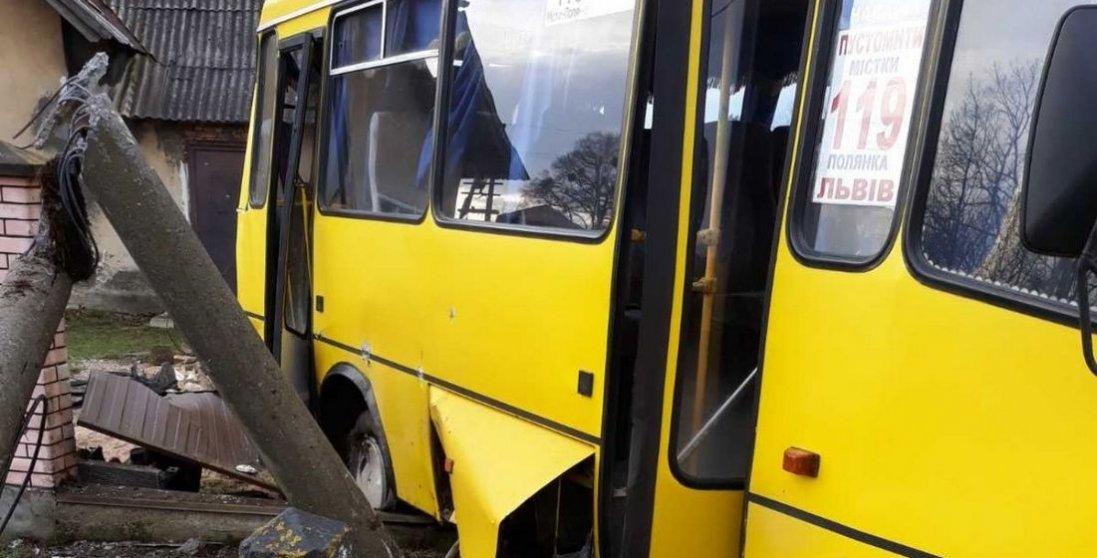 На Львівщині потяг протаранив пасажирський автобус: є загиблі