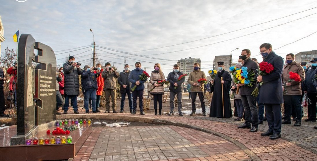 31 смерть та 117 поранених: Маріуполь вшановує жертв обстрілу