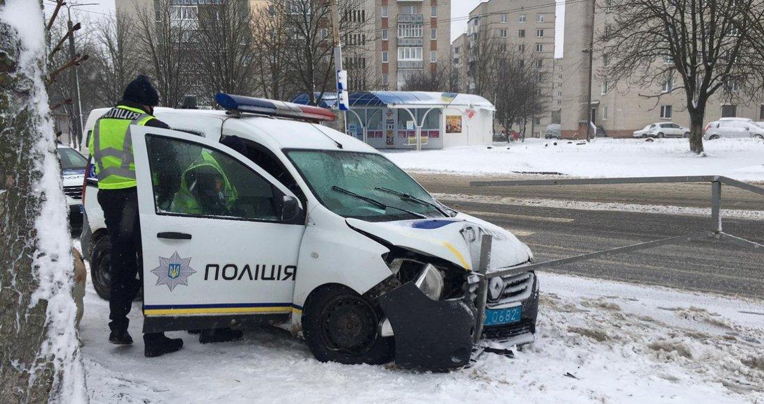 Аварія в Луцьку: авто поліції влетіло в огорожу