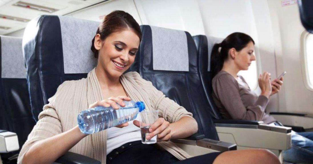 Чому в літаках не можна пити воду в стаканчиках