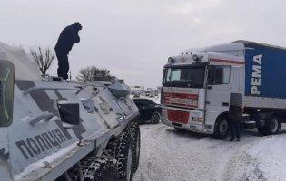 У Києві БТРи діставали авто з заметів