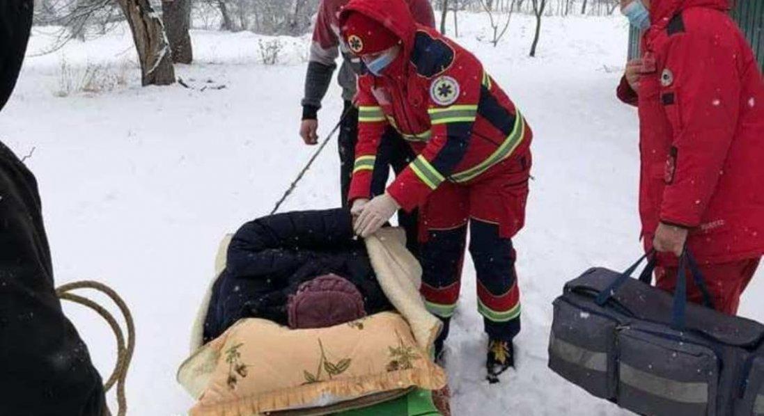 На Львівщині жінку з інфарктом у лікарню везли на санях