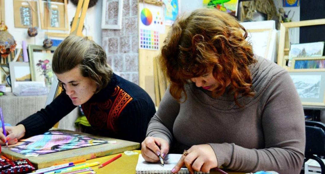 «Знайти того, хто зрозуміє»: як мисткиня з Луцька допомагає людям з інвалідністю