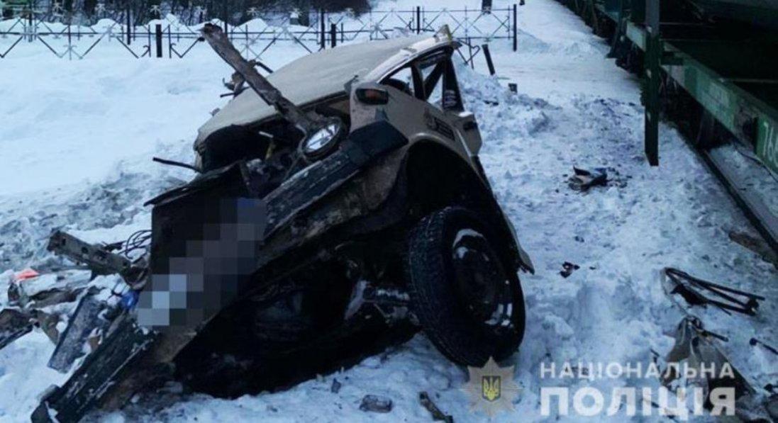 У Києві потяг зіткнувся з автомобілем: є загиблий