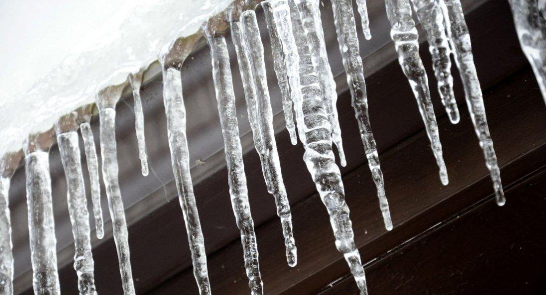 У Києві на жінку з даху обвалилися лід та сніг