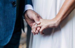Чому після одруження жінка бере прізвище чоловіка, а не навпаки?