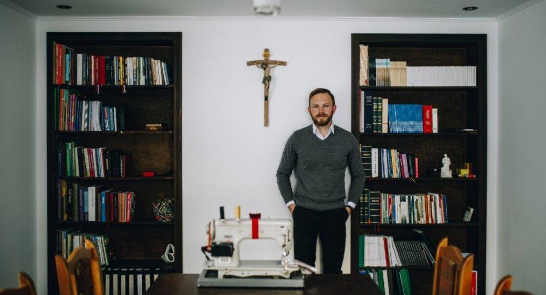 Молодий священник змінив Париж на українське село, а його одяг з'їли миші