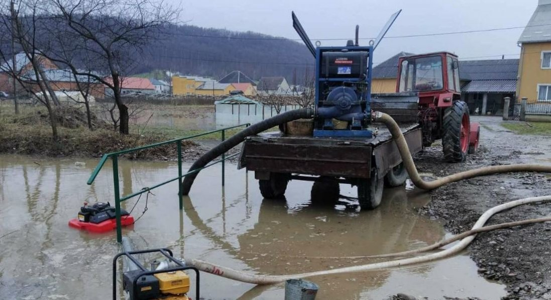 Талу воду із дворів волинян відкачують рятувальники
