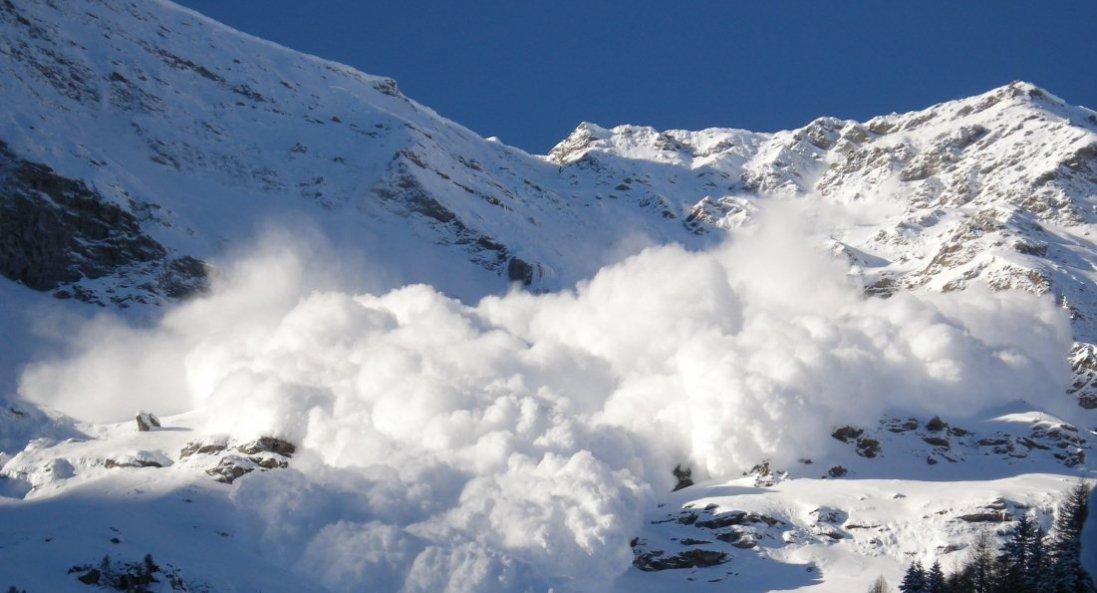 На Прикарпатті зійшла лавина мокрого снігу