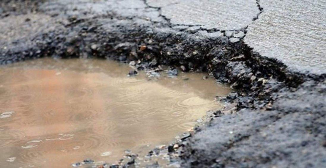 На Волині автомобіль провалився у яму на дорозі