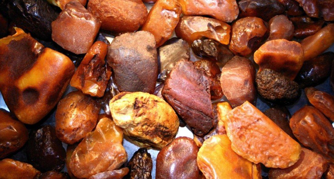 На Волині й Рівненщині викрили майстерні, де незаконно обробляли бурштин