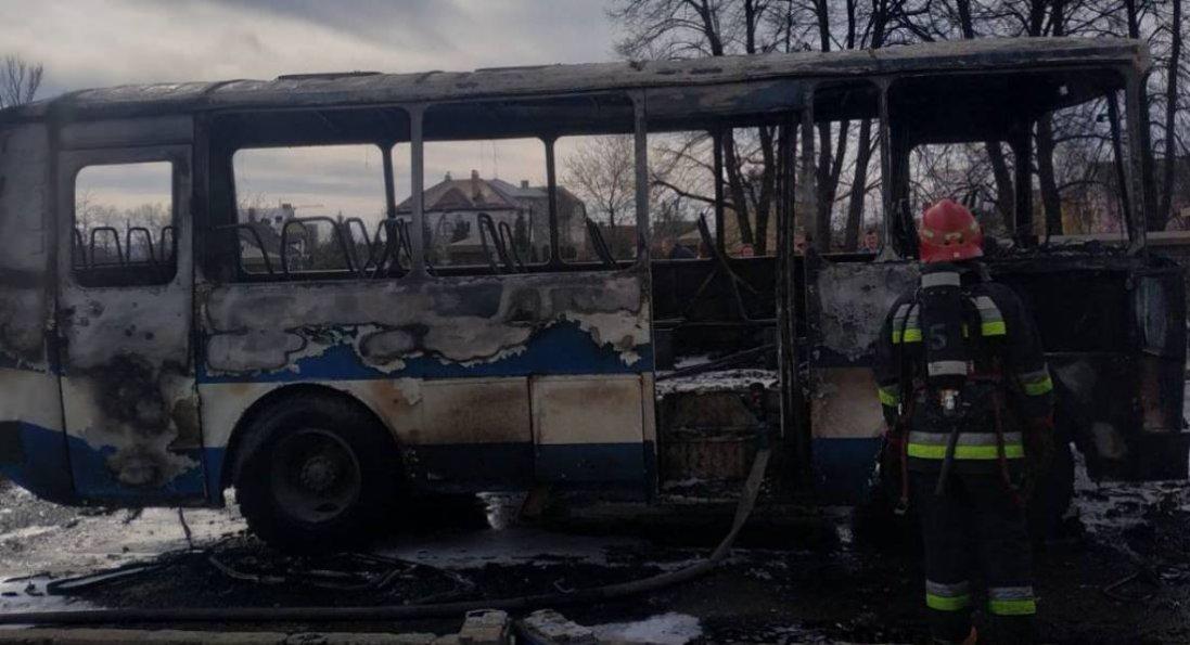 На Львівщині під час руху горів автобус