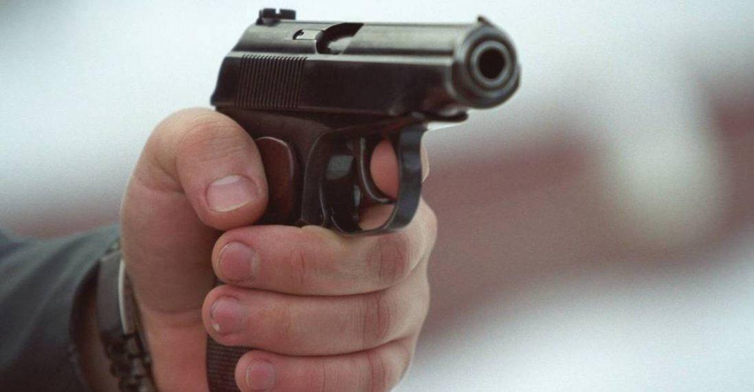 У Луцьку п'яний чоловік махав пістолетом у маршрутці