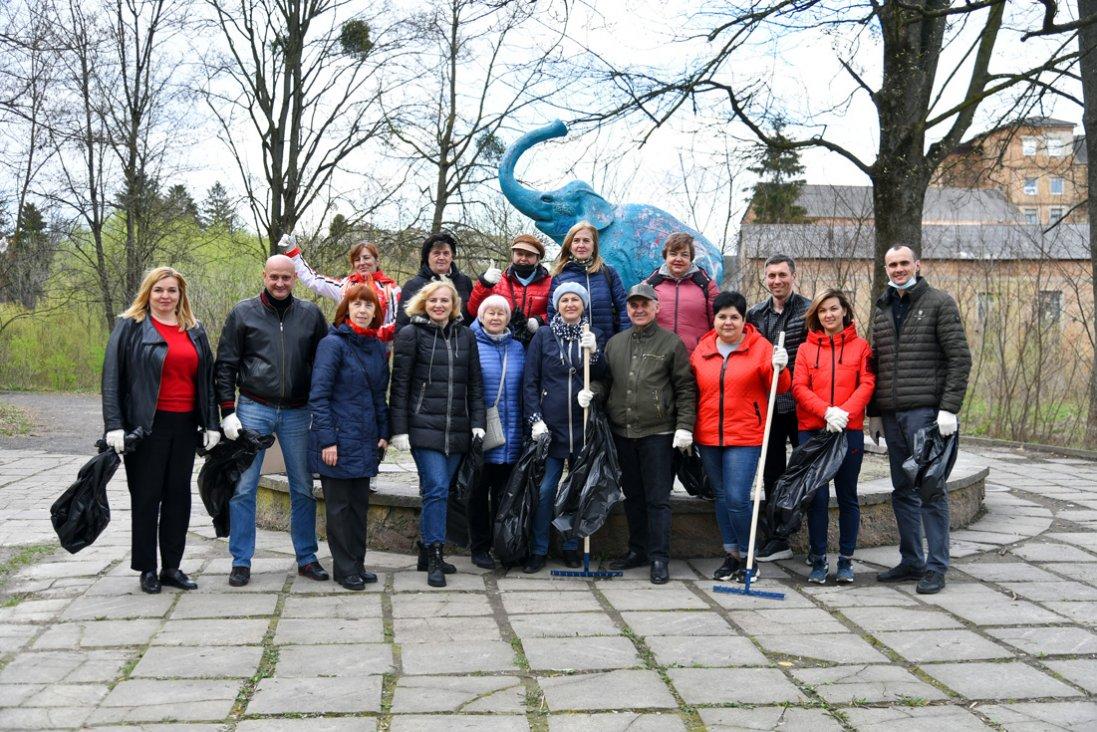 Хто прийшов на толоку в ботанічний сад у Луцьку (фото)