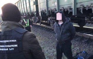 На Волині затримали контрабандиста, який вантажив цигарки на потяг до Польщі
