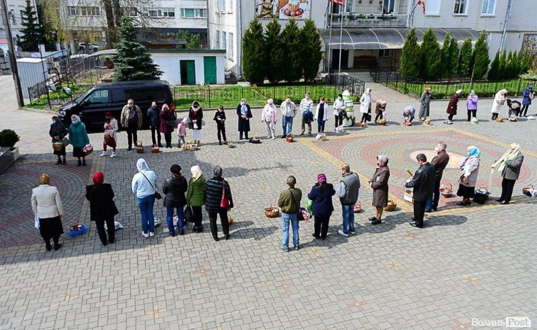 У Луцьку вже святять паски (фото)