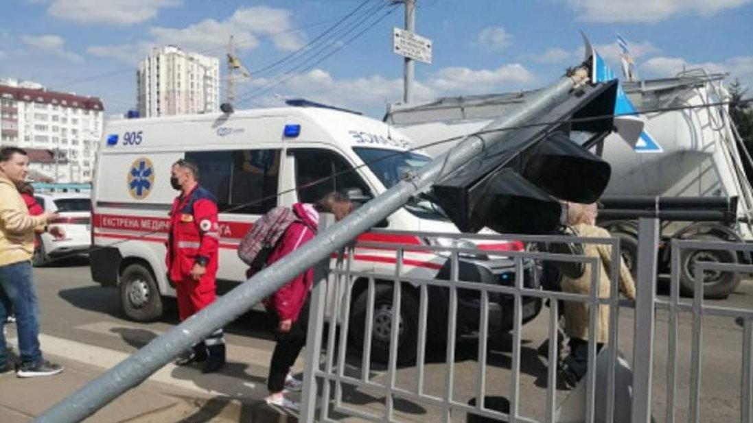 У Харкові на пішохода впав світлофор (відео)
