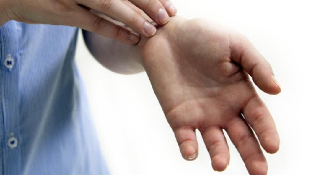 Чому свербить ліва рука