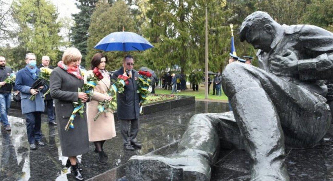 Як у Луцьку відзначили День пам'яті та примирення