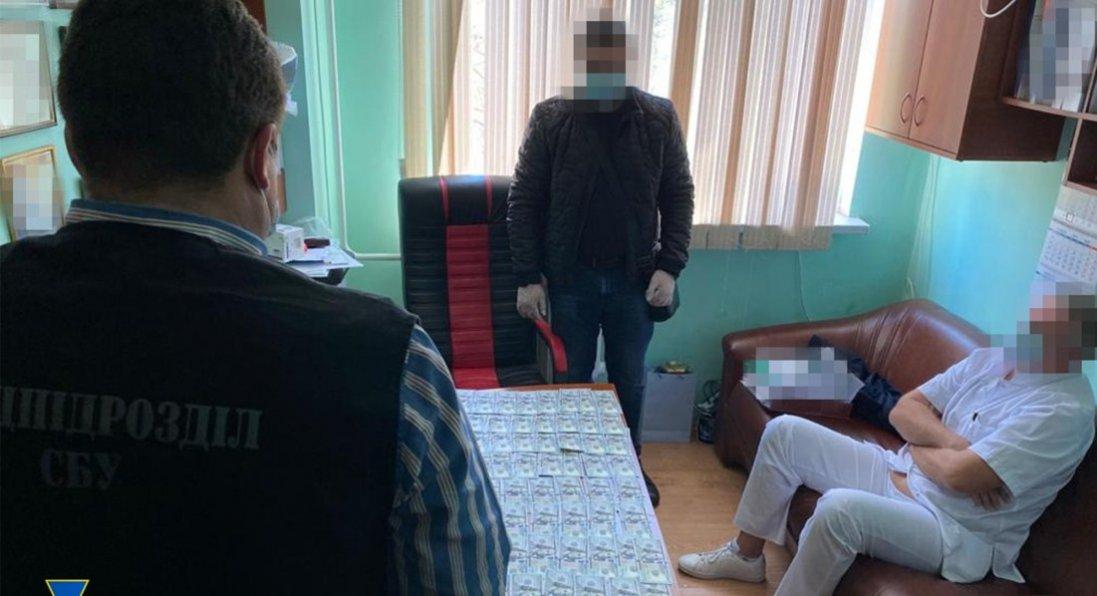 $11 тисяч за безкоштовну операцію на серці: в Одесі лікаря спіймали на хабарі