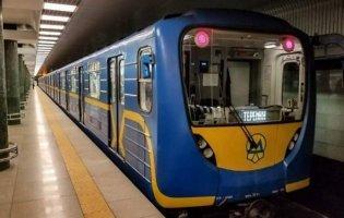 У Києві в метро пасажир потрапив під потяг: зачинили кілька станцій