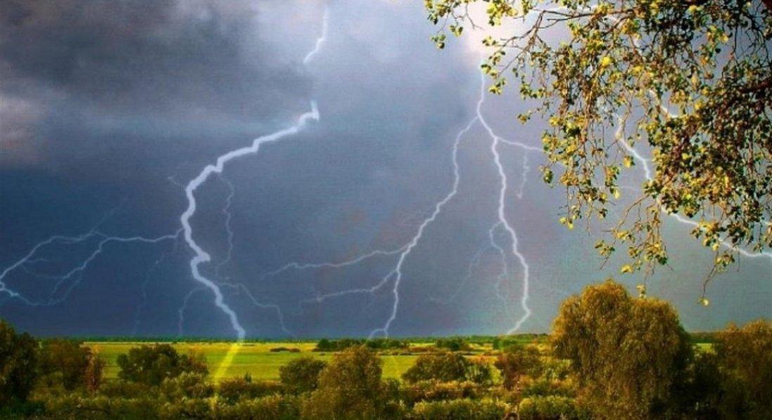 Грози, град та шквальний вітер: в Україні оголосили штормове попередження