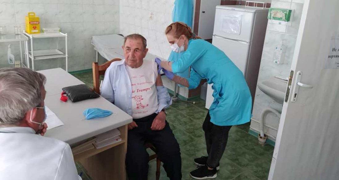 На Волині від COVID вакцинували 94-річного чоловіка