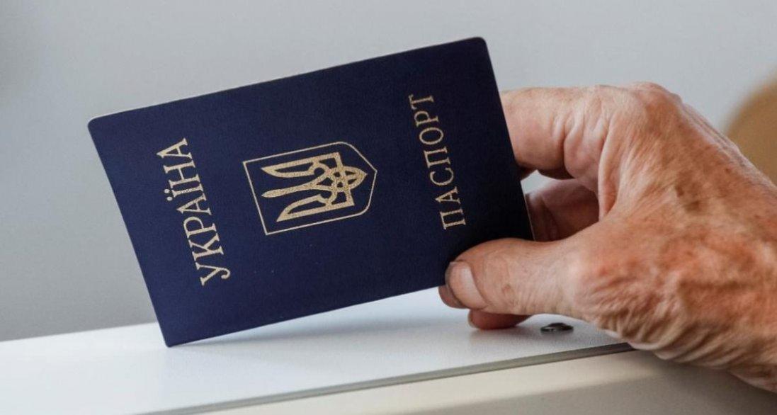 В Україні паспорти-книжечки можуть вийти з обігу