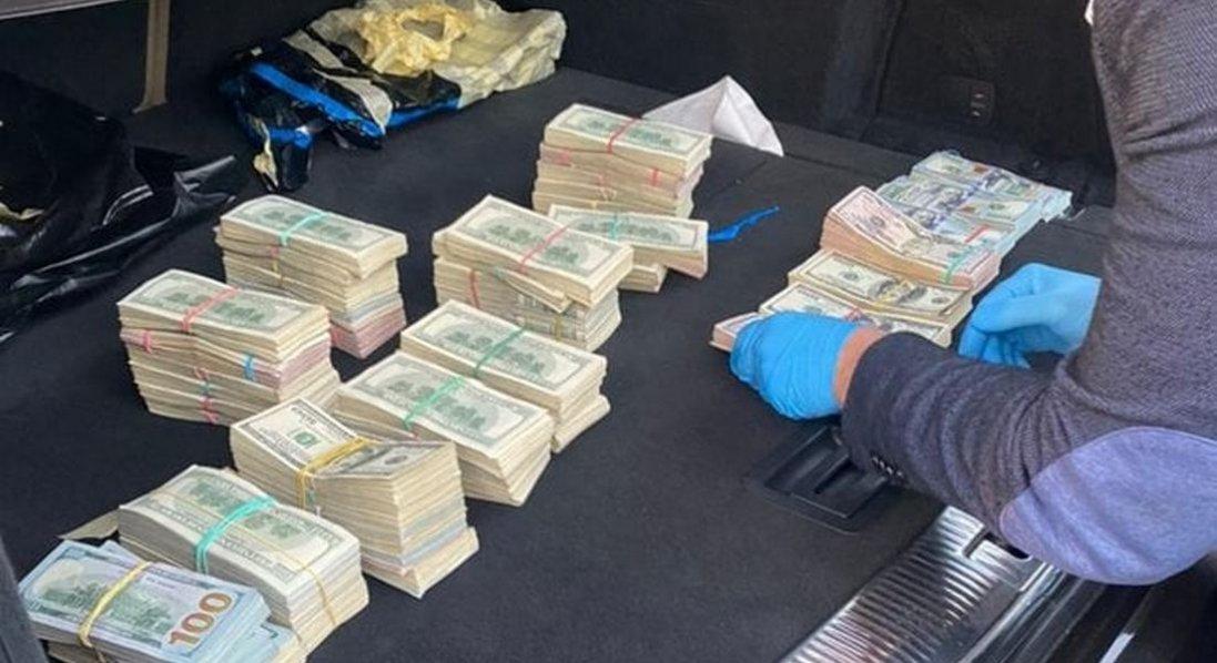 ЗМІ повідомили, кому везли 700 тисяч доларів з Волинської митниці