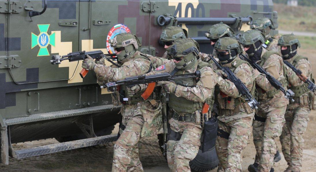 На Донбасі на невідомому пристрої підірвався український військовий