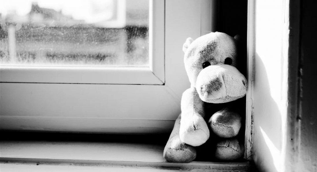 На Донеччині з вікна багатоповерхівки випав 3-річний хлопчик: сперся на москітну сітку