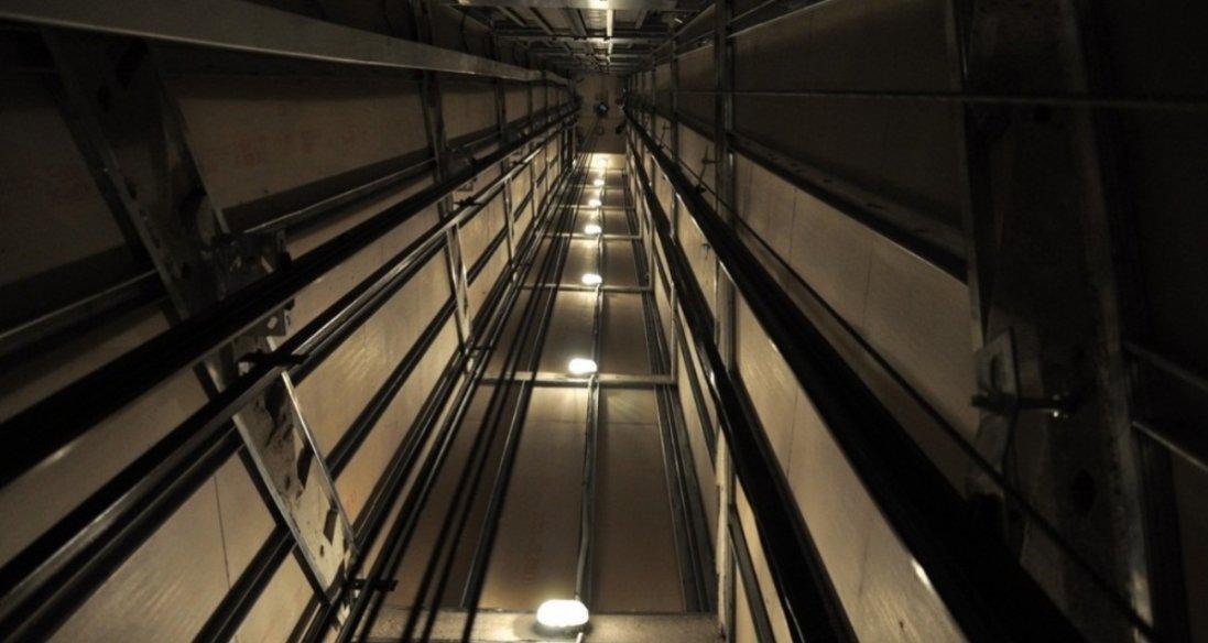 У Києві в багатоквартирному будинку обірвався ліфт: є загиблий