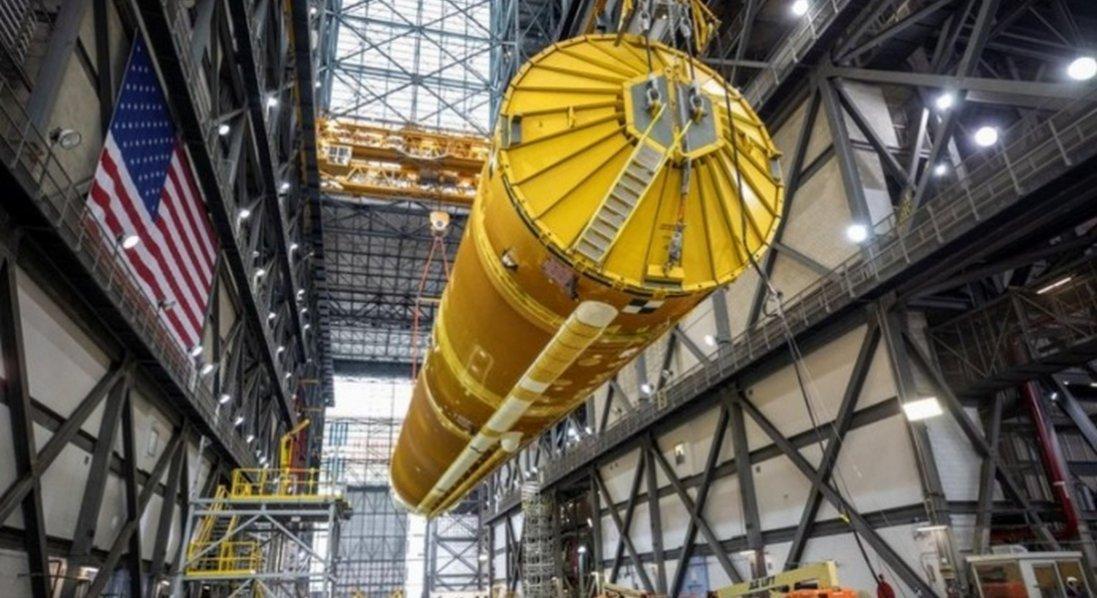 НАСА показало гігантську ракету для польоту на Місяць