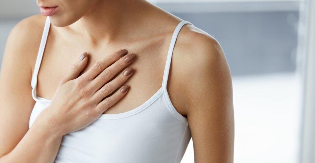 Мамологи назвали причини болю в грудях у жінок