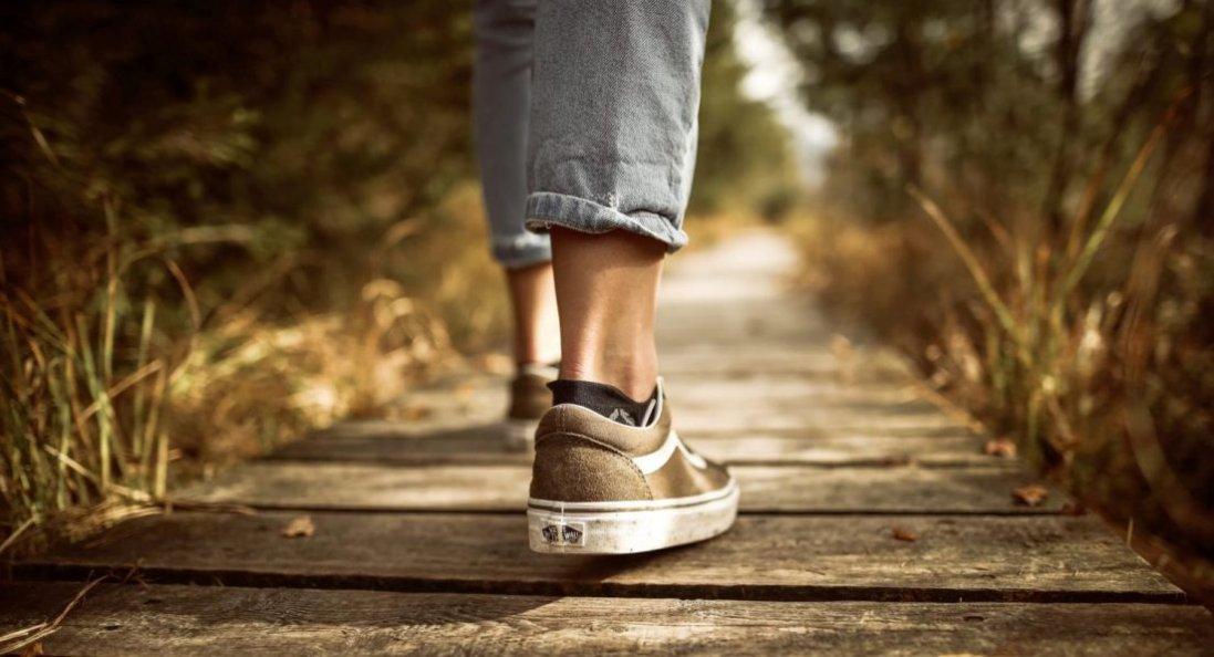 Чому варто відмовитись від підборів та перейти на кросівки?