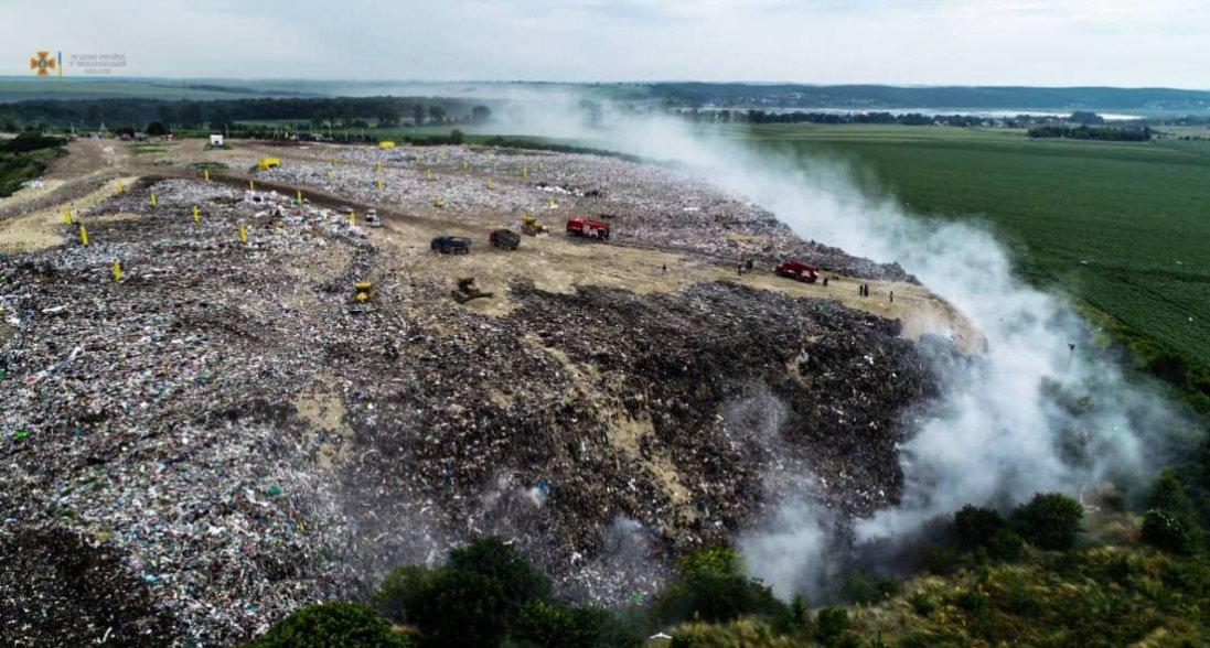 На Тернопільщині дві доби гасять пожежу на сміттєзвалищі