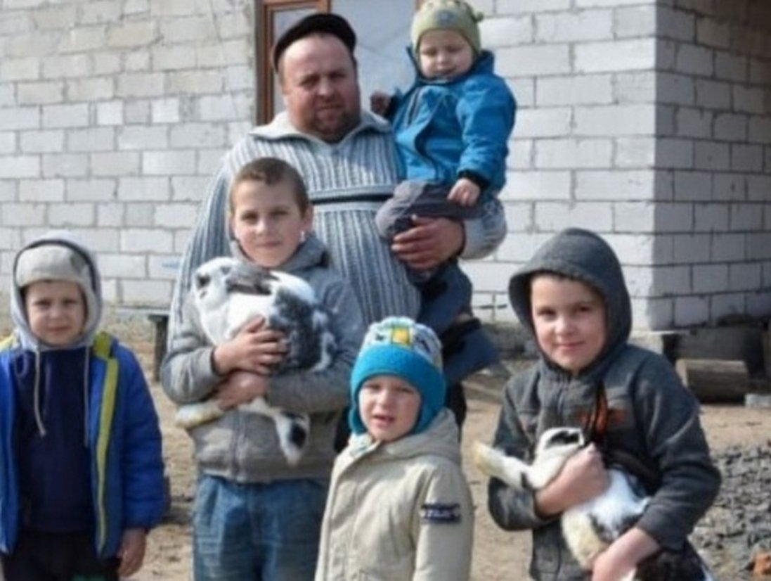 Молодий удівець сам виховує п'ятеро синів