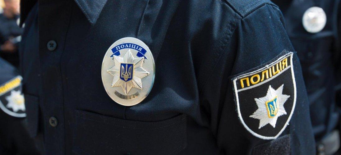 У Київській області чоловік напав на патрульних і побив їхнє авто