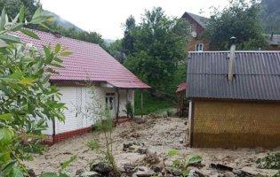 На Франківщині людей рятували з річкової пастки, а на Закарпатті затопило будинки