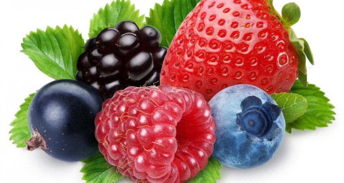 Дієтологи пояснили, кому не можна їсти сезонні ягоди і фрукти