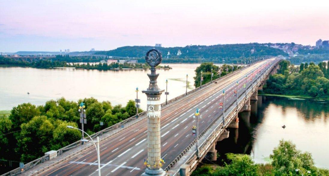 «Водоспад» у Києві: на мосту Патона прорвало трубу